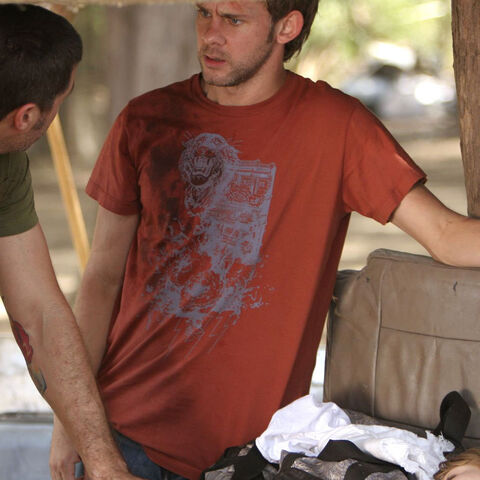 Ficheiro:3x16-charlie-tshirt-promo.jpg