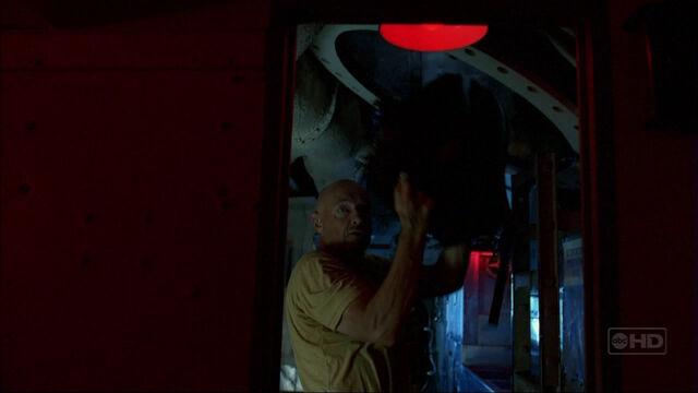 Ficheiro:3x13 TMFT locke enters submarine.jpg