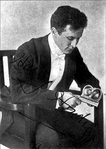 File:Harry Houdini-sitting.jpg