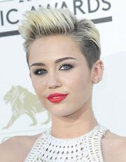 Miley-cyrus-2013-billboard-music-awards-05
