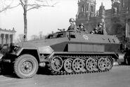 Bundesarchiv Bild 101I-801-0664-37, Berlin, Unter den Linden, Schützenpanzer
