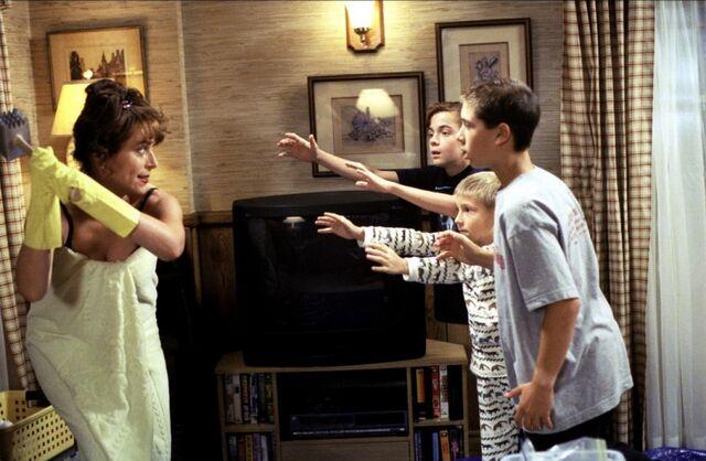 File:Malcolm In the Middle - Set Still - S01E02 (2).jpg