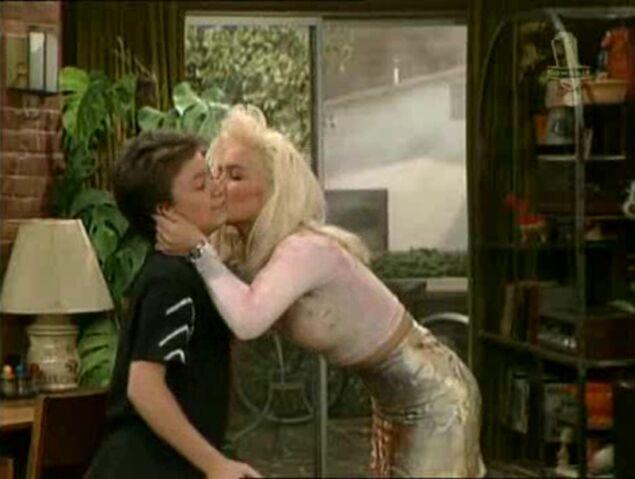 File:Kelly Kissed Bud.jpg