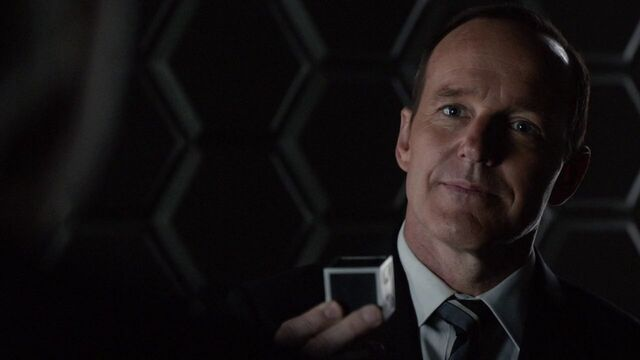 File:Phil-Coulson-gives-Gonzales-Toolbox.jpg