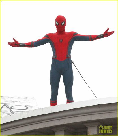 File:Tom-holland-snaps-a-selfie-while-filming-spide-man-homecoming-04.jpg