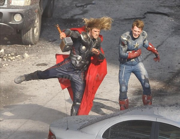 File:Avengers-chris-hemsworth-chris-evans-set-photo-01-600x464.jpg