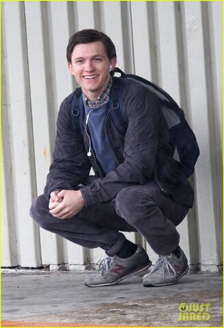 File:Tom-holland-snaps-a-selfie-while-filming-spide-man-homecoming-03.jpg
