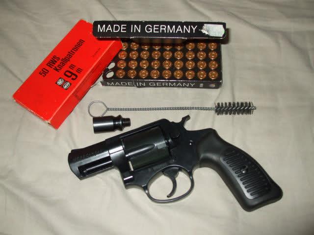 File:Pistola lanzabengalas con varias de estas.jpg