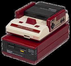 Консоль Famicom с дисковым аксессуаром.