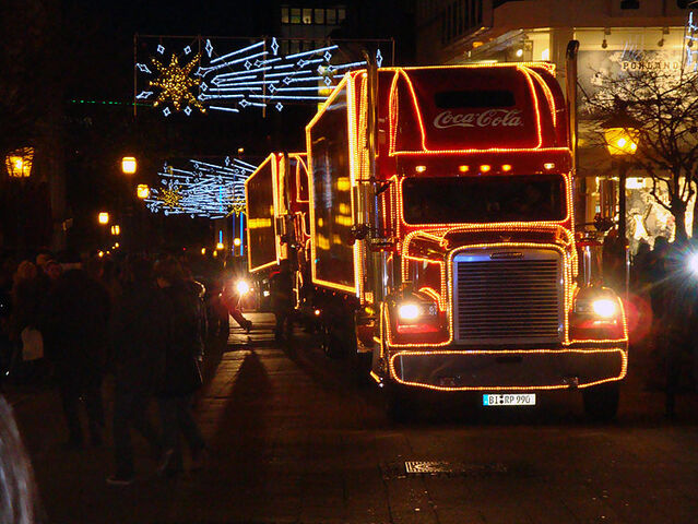 File:CoCa Cola Christmas Truck Freightliner 2009-11-26 Essen Germany 1.jpg