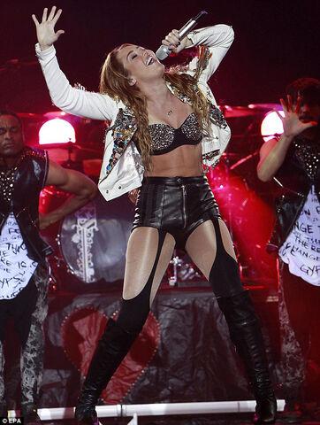File:Miley-cyrus-gypsy-heart-tour-fashionhorrors-2.jpg