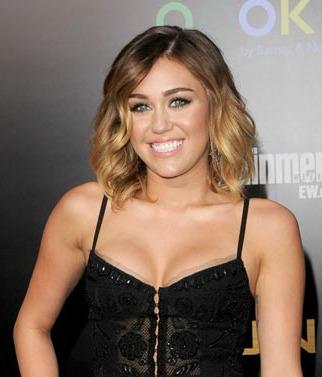 File:Mileyhungergamespremiere.jpg