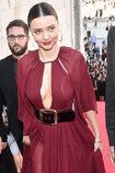 Miranda-kerr-arrives-at-the-koradior-show-during-milan-fashion-week-picture-id610523062