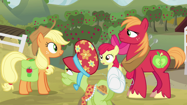 File:Applejack talking with her family S4E09.png