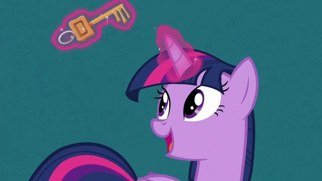 File:Twilight Sparkle levitating a key S7E2.png