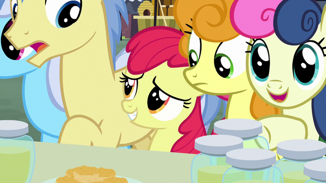File:Apple Bloom squeezes to front of the crowd S7E13.png