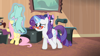 Rarity levitating a piece of fabric S4E08