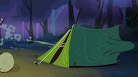 Scootaloo enters tent S3E06