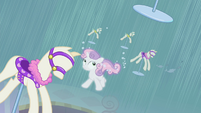 Sweetie Belle surrounded by pony mannequins S4E19