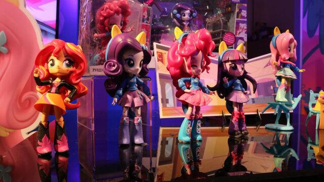 File:Hasbro Toy Fair 2016 - EG Minis Dance Party Set display.jpg