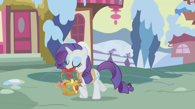 File:Rarity carrying a basket S1E11.png