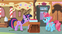 Twilight looking at cupcakes 2 S2E03