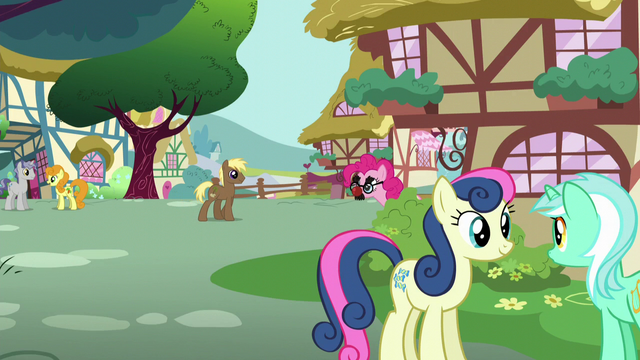 File:Pinkie with Groucho Marx glasses S5E19.png