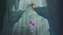 Gilda grabs onto another ledge S5E8