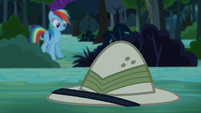 Rainbow Dash sees Daring Do's hat S4E04