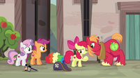 Big McIntosh leans in close to Apple Bloom S7E8