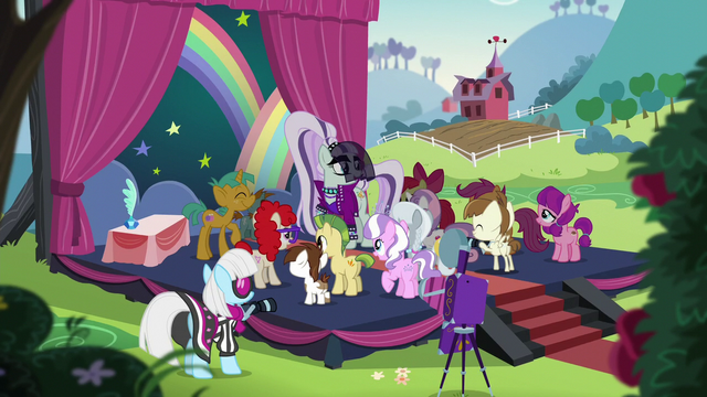 File:Rara surrounded by schoolponies S5E24.png