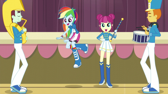 File:Rainbow climbs back onto the stage EG3.png