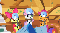 The Cutie Mark Crusaders with hammers S01E17
