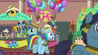 Rainbow wanders the convention hall S6E13