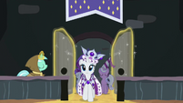 Lyra Heartstrings opening the door for Princess Platinum S02E11