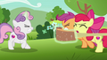 Cutie Mark Crusaders preparing a slingshot S7E7.png