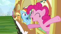 Applejack, Rainbow Dash and Pinkie Pie on train S2E25