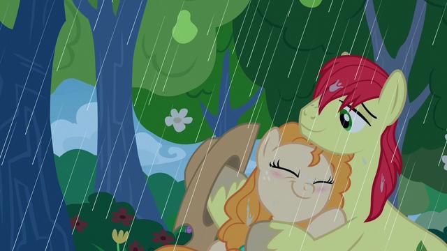 File:Pear Butter hugs Bright Mac in the rain S7E13.png