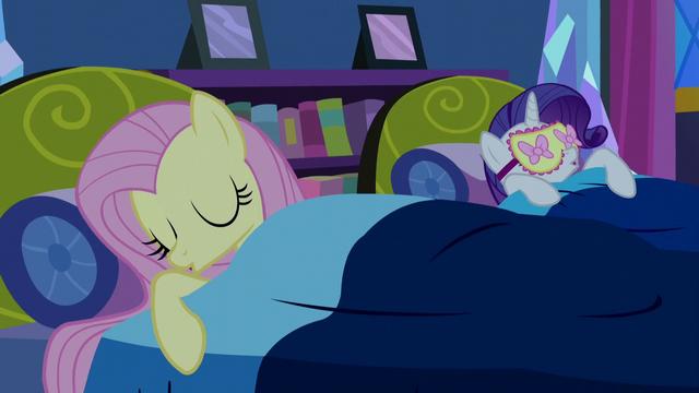 File:Fluttershy falls asleep S5E13.png