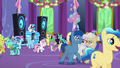 Ponies and changelings mingle and dance S7E1.png