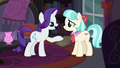 Rarity offering to help Coco S5E16.png