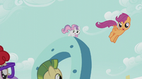 Scootaloo drops down from the giant horseshoe S5E18
