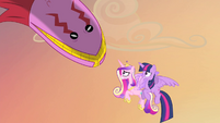 Tatzlwurm looking at princesses S4E11
