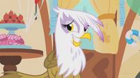 Gilda forced smile S01E05