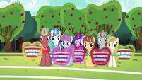 Unicorns levitating their baskets S6E18