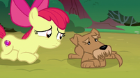 Ripley looking away from Apple Bloom S7E6
