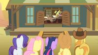 Old pony thrown out Salt Block Appleloosa S1E21