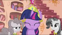 Twilight putting a tiara on her head S2E02