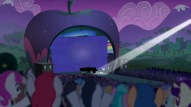 File:Coloratura walks out to the crowd as they cheer S5E24.png