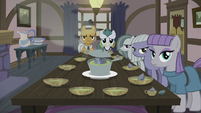 Pie family at the dinner table S5E20